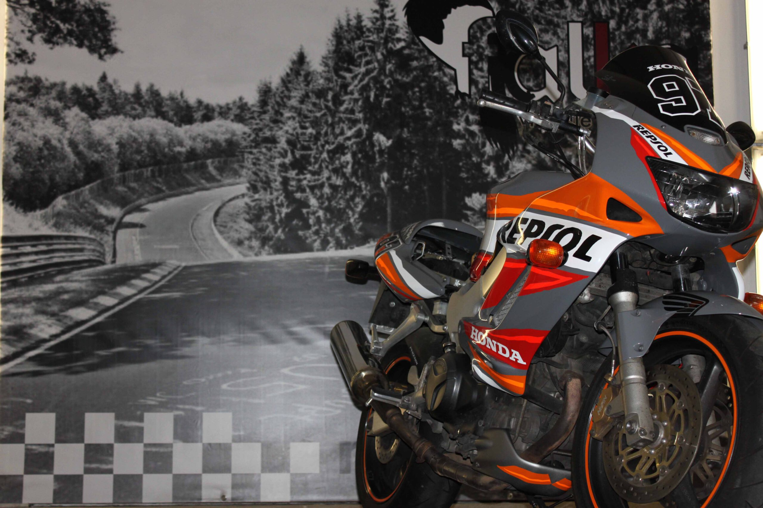 Motorrad_fluoreszierende_Folie